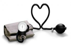 Черноплодная рябина повышает или понижает артериальное давление при гипертонии?